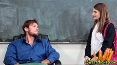 أستاذ شاب يقنع الطالب أن يبتسم معه على المكتب جميلة