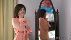الوجه الصفع وقالت إنها الملاعين أمام المرآة إلى معجب لها عندما تضع لها ديك العميق