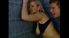 اللعنة في المرحاض مع شقراء جميلة الذي يريد الانحرافات المثيرة