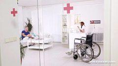 ممرضة أهبل يريد ديك من اثنان رجل مع قلب مشاكل