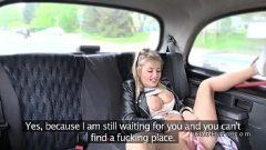 الشباب فتاة شقراء مع الآباء الكبار يريد أن يمارس الجنس في السيارة مع رجل من ذوي الخبرة