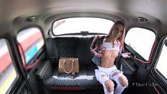 سائق سيارة أجرة يجمع بين أحمر الشعر وسيارة في السيارة وإلا فإنه يأخذها إلى المدرسة