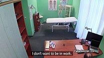 طبيب يقنع ممرضة جميلة لعلاجه