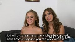 اثنين من النساء الشابات الجميلات تبادل الحيوانات المنوية الرجل