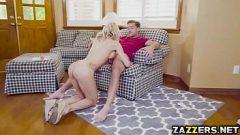 وهي تعرف أن لديها جارة نيمفومان لكنها لم تتوقع أن تمارس الجنس بسرعة معها