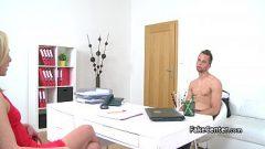 الشابة شقراء يدعوك إلى يمارس الجنس معها في مكتبها عندما تكون في موقف الماعز