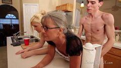 شاب يمارس الجنس مع امرأة ناضجة و امرأة شابة و يريد دراسة أي كس هو أكثر رطوبة