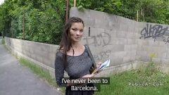 امرأة سمراء يريد أن يمارس الجنس عند انتظار الحافلات والملل