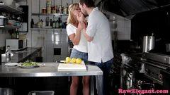 الجنس الشرجي في المطبخ لأن المرأة مستاء أنها لا تعرف كيفية طهي الطعام