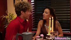 رجل يأخذ العشاء في مطعم مع صديقته، ولكن ممارسة الجنس مع الأحمق