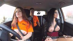 الجنس في سيارة صغيرة مع اثنين من النساء الجميلات وجذابة جدا للجسم