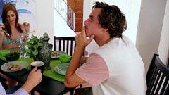 الصبي يأخذ وجبة مع صديقته ووالديها والملاعين نفسها في ثلاثة