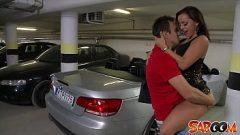 رجل يستأجر سيارة مكلفة فقط لممارسة الجنس مع الفقراء ولكن الفتيات الجميلات