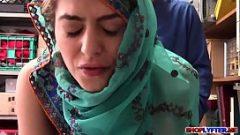 المرأة ترتدي الحجاب و جميلة جدا العربية و يحب لجعل الأفلام الإباحية معك