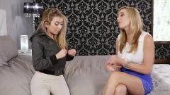 اثنين من الفتيات قبلة على شفتين من كس في سروال بعضها البعض