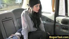 الجنس في السيارة مع امرأة سمراء الذي يريد وضع قضيب في الفناء الخلفي لمقاومة