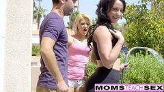 الصبي يمارس الجنس مع صديقته وفتاة أخرى وينزلق في كس عارية