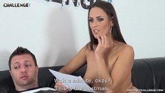 رجل مدعو من قبل امرأة سمراء مثير لجعل الأفلام الإباحية معها