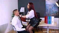 امرأة الأعمال يجبر رجل لخداع لها بشكل جيد في بوسها