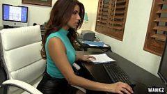 الجنس في المكتب مع امرأة سمراء مثير أن لديه القليل يطفو على كس
