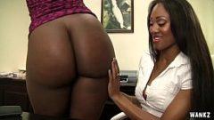 أسود الشعر الأسود النساء قبلة بعضها البعض على المهبل