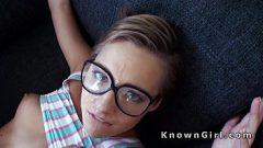 الفتاة ترتدي نظارات حتى الحيوانات المنوية لا تقع في العين