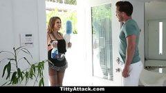 السيدة مع الثدي الكبيرة يذهب إلى جارها لطلب الجنس قليلا