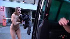 امرأة مع الكمال الثدي مارس الجنس في السيارة وأخيرا تركت على الشارع في عارية كس