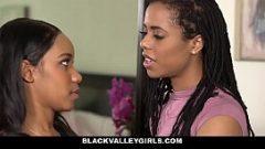 اثنين من النساء السود الحصول على المثيرة في كس و هزات الجماع