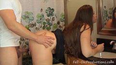 سيدة سمراء مع الحمار كبير يحب ممارسة الجنس أمام المرآة