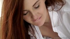 فتاة ذات الشعر الأحمر لديها الجنس الشرجي في الصباح