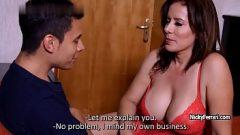سيدة عشيقة تدعو الرجال إلى منزلها ، ويعطيهم لتناول الطعام ، ثم يجعلهم يمارسون الجنس معها