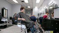 هو استغل صبي مع اثنين من السيدات الذين هم مصففي الشعر