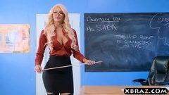 الجنس على المكتب مع المعلم الذي لديه ذقن عالية جدا