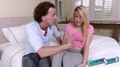 رجل ناضج يمارس الجنس مع شقراء شابة