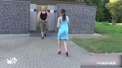 امرأة سمراء تقترح على رجل يخرج من مرحاض عام لممارسة الجنس معها