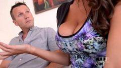 رجلان يمارسان الجنس مع امرأة لديها آباء كبار ويسعون دائمًا إلى مغامرة سرية