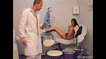 الجنس في المستشفى مع امرأة سمراء المريض الذي لديه شعر كبير في كس