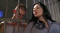الفتاة سمراء تساعد أسير سجين لقذف الحمار
