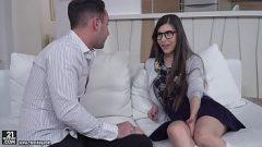 رجل يعلم تلميذ لجعل الأفلام الإباحية