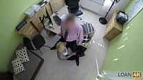 رجل على المكتب مع خادمة شقراء