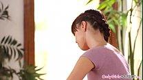 امرأة سمراء يقبل كس كبير الشعر