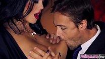 رجل متزوج يجتمع بطريقة مخفية مع امرأة سمراء نطاط أنيقة وشعر القليل في كس