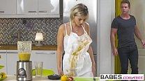 صبي يمارس الجنس مع اثنين من الشقراوات في المطبخ