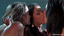ثلاث نساء يعانقان الهروات معا في نفس الوقت