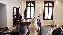 الجنس في قاعة المحكمة مع امرأتين واثنين من الرجال المنحرفين