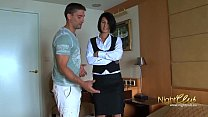 امرأة سمراء مثير يريد ممارسة الجنس مع الكثير من الضارة مع العميل الذي يريد البقاء في الفندق