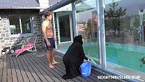 توظف امرأة لتنظيفها في المنزل ، ولكن من يسكر معه