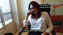 هذه الفتاة تعمل في المكتب وفرك بوسها أثناء التحدث عبر الهاتف مع صديقها