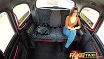 الجنس في سيارة سائق سيارة أجرة مع سائحة سمراء